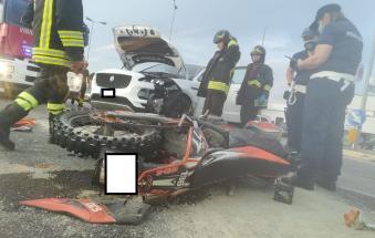 Impatto violentissimo, grave un motociclista di soli 22 anni