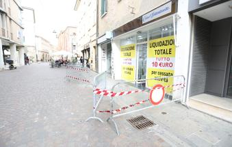 Calcinacci crollano in via Trento