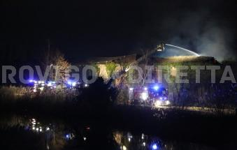 Le fiamme invadono Corte Retinella, pompieri all'opera