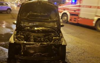 Auto in fiamme a pochi passi dal centro, salve le persone a bordo
