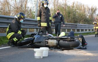 Violento impatto tra una vettura e una moto: motociclista incastrato sotto al guard rail
