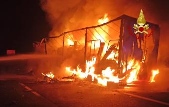 Inferno in A13: a fuoco un tir