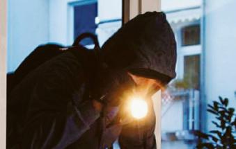 Paura nei paesi: i ladri distruggono porte e finestre, con la gente in casa