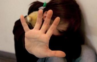 A 8 anni picchiato e stuprato dal patrigno, con la complicità della mamma