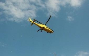 Vola con l'auto nel canale, 31enne portato via in elicottero