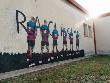 Dalla foto per il calendario 2020 del Rugby Rovigo Delta a un Murales contro il razzismo
