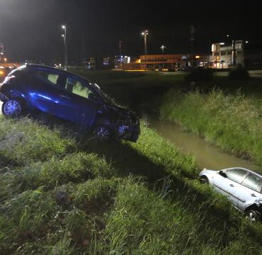 Auto nel canale dopo lo schianto: miracolati