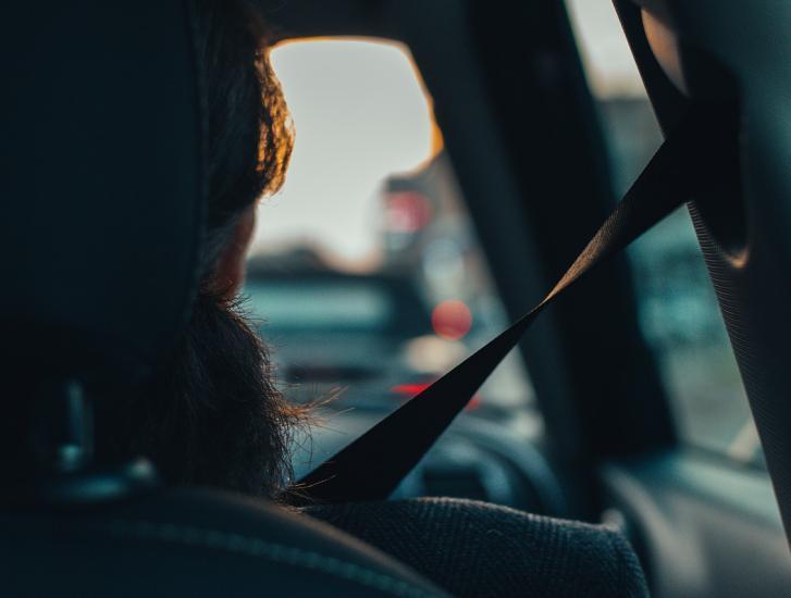 Cinture di sicurezza, multa doppia al guidatore se il passeggero non la indossa