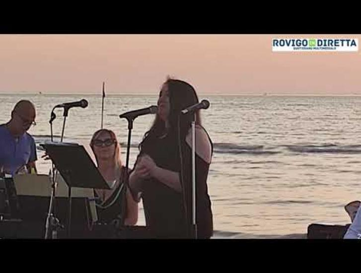 La magia della musica all'alba sul mare