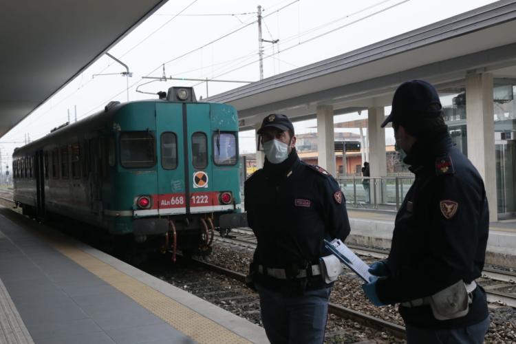 In treno senza mascherina aggrediscono e filmano con il telefonino gli agenti