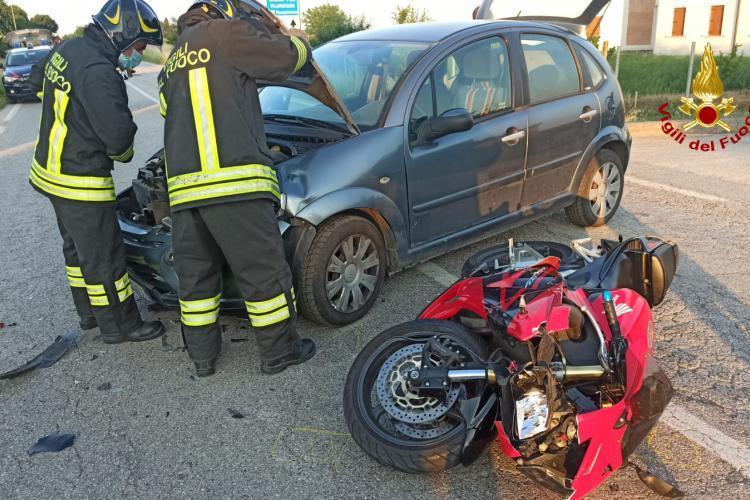 Moto si schianta contro un'auto, centauro finisce all'ospedale